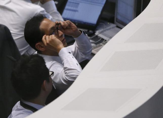 4月19日、東京株式市場で日経平均は小幅に3日続伸した。前日の米国株安や外為市場でのドル安/円高を受け、売りが先行したものの、テクニカル指標を支えとした押し目買いが入り、金融株は切り返す展開となった。写真は東京証券取引所で昨年2月撮影(2017年 ロイター/Issei Kato)