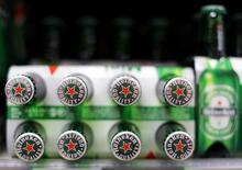 Heineken a annoncé mercredi une hausse inattendue de ses volumes de bière écoulés au premier trimestre tout en confirmant sa prévision d'une amélioration de sa rentabilité pour 2017. /Photo d'archives/REUTERS/Eric Gaillard