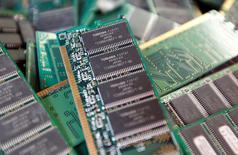 Le fonds public INCJ (Innovation Network Corp of Japan) et une banque de développement japonaise envisagent de s'associer à Broadcom pour faire une offre conjointe sur la division puces mémoire de Toshiba. /Photo d'archives/REUTERS/Kim Kyung-Hoon