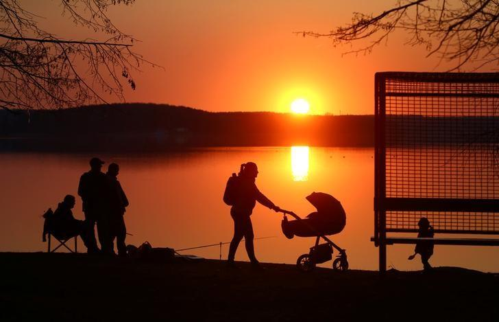 资料图片:2017年4月,明斯克郊区一处湖边休闲的游人。REUTERS/Vasily Fedosenko