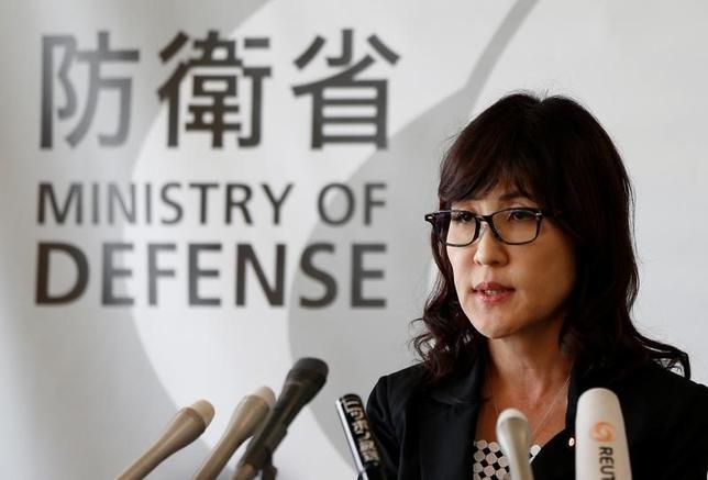 4月19日、日米韓の防衛当局は都内で実務者協議を開き、北朝鮮への抑止力を強化するとともに、緊急事態に効果的に対応できるよう緊密に連係することの重要性を確認した。写真は稲田防衛相。2016年9月撮影(2017年 ロイター/Issei Kato)