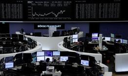 La Bourse Francfort. Les principales Bourses de la zone euro sont en hausse à mi-séance mercredi.  À Paris, l'indice CAC 40 gagne 0,29% à 10h45 GMT et à Francfort, le Dax avance de 0,24%. L'indice paneuropéen FTSEurofirst 300 prend 0,25%. /Photo d'archives/REUTERS