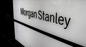 Morgan Stanley a publié mercredi un bénéfice trimestriel en hausse de 74% porté par le bond de son activité de trading, les investisseurs réorganisant leur portefeuille dans le sillage de la hausse des taux d'intérêt de la Réserve fédérale américaine. /Photo d'archives/REUTERS/Arnd Wiegmann