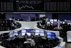 Les principales Bourses de la zone euro ont terminé dans le vert mercredi, grâce entre autres à la hausse des valeurs bancaires, tandis que la Bourse de Londres (-0,46%) continuait de souffrir du rebond de la livre sterling et que Wall Street évoluait en ordre dispersé après les résultats décevants d'IBM. À Paris, le CAC 40 a terminé sur un gain de 0,27% à 5.003,73 points, mettant fin à une série de cinq séances de baisse qui l'avait ramené sous les 5.000 points. A Francfort, le Dax a pris 0,13%. /Photo prise le 19 avril 2017/REUTERS