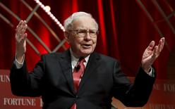 Warren Buffett, chairman and CEO of Berkshire Hathaway, speaks at the Fortune's Most Powerful Women's Summit in Washington October 13, 2015.  REUTERS/Kevin Lamarque/File Photo