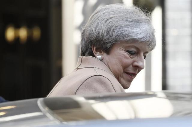 4月19日、メイ英首相(写真)が総選挙の前倒し方針を示したことで、英経済に打撃を与えない形のEU離脱が実現するとの期待が投資家の間で高まっているが、そうした楽観論を支える想定が正しいかどうかが問われるだろう。ロンドンで撮影(2017年 ロイター/Stefan Wermuth)