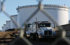 Грузовики у нефтехранилищ на терминале Kinder Morgan в Шервуд-парке 13 ноября 2016 года. Цены на нефть немного выросли утром в четверг, отыграв потери предыдущей сессии, благодаря снижению запасов сырья в США.  REUTERS/Chris Helgren