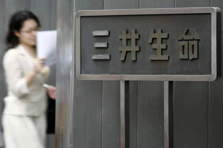A woman walks past a sign of Japanese life insurer Mitsui Life Insurance Co., Ltd. at the company's headquarters in Tokyo July 27, 2009. The characters read, ''Mitsui Life''.   REUTERS/Stringer