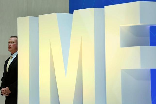 4月20日、ワシントンで始まる20カ国・地域(G20)財務相・中央銀行総裁会議と国際通貨基金(IMF)と世界銀行の春季総会は、保護主義を中心に据えるトランプ米大統領の通商政策が焦点になりそうだ。写真はIMFのロゴ。ワシントンのIMF本部で19日撮影(2017年 ロイター/Yuri Gripas)