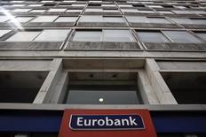 Un petit engin explosif a explosé mercredi soir devant des bureaux de la banque Eurobank, dans le centre d'Athènes, abîmant l'entrée du bâtiment et brisant des fenêtres, a annoncé la police. Aucune personne n'a été blessée, ont précisé les forces de l'ordre. Eurobank est la troisième banque grecque en termes d'actifs. /Photo d'archives/REUTERS/Alkis Konstantinidis