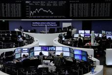 Les principales Bourses européennes évoluent sans grand changement en début de séance jeudi. À Paris, l'indice CAC 40 gagne 0,51% après une heure d'échanges alors qu'à Francfort, le Dax perd 0,09% et qu'à Londres, le FTSE abandonne 0,05%. /Photo prise le 19 avril 2017/REUTERS