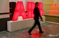 Le conglomérat suisse ABB  a annoncé jeudi une hausse de ses prises de petites commandes au premier trimestre, qu'il considère comme un indicateur fiable de son activité, et il a dit observer des signes de redressement dans certains secteurs industriels. /Photo prise le 8 février 2017/REUTERS/Arnd Wiegmann