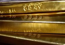 Слитки золота в хранилище Нацбанка Казахстана 30 сентября 2016 года. Цены на золото стабилизировались в четверг после падения на 1 процент в ходе предыдущей сессии, а напряжённость из-за тестов ракет в КНДР и беспокойство о результате предстоящих президентских выборов во Франции повысили спрос на металл. REUTERS/Mariya Gordeyeva