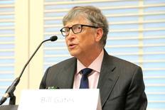 بيل جيتس يتحدث في مؤتمر صحفي في جنيف يوم 18 أبريل نيسان 2017. تصوير: بيير ألبوي - رويترز