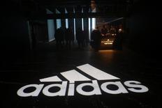 Adidas anticipe une légère contraction de sa marge d'exploitation en Chine à long terme et une forte progression à court terme de celle générée aux Etats-Unis, a déclaré jeudi le président du directoire de l'équipementier sportif allemand. /Photo prise le 6 avril 2017/REUTERS/Joe Penney