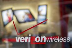 Вход в магазин Verizon в Нью-Йорке 12 мая 2015 года. Телеком-компания Verizon Communications Inc, крупнейший в США поставщик услуг беспроводной связи, представила худшие, чем ожидалось, квартальные результаты и сообщила об оттоке абонентов на постоплатных тарифах, несмотря на запуск безлимитных тарифных планов. REUTERS/Shannon Stapleton/Files
