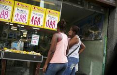 Mulheres observam preços em mercado do Rio de Janeiro. 21/01/2016 REUTERS/Pilar Olivares