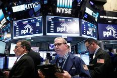 La Bourse de New York a ouvert en hausse jeudi. Quelques minutes après l'ouverture, l'indice Dow Jones gagne 37,4 points, soit 0,18%. /Photo prise le 19 avril 2017/REUTERS/Brendan McDermid