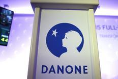 Danone a annoncé jeudi avoir relevé son objectif de bénéfice net par action (BNPA) pour 2017 après la finalisation de son rachat de l'américain WhiteWave, malgré la faible croissance enregistrée sur ses marchés depuis le début de l'année. /Photo d'archives/ REUTERS/Charles Platiau
