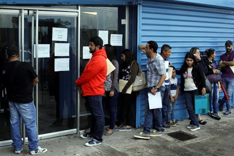 People line up outside a branch of Italcambio currency exchange in San Cristobal, Venezuela March 24, 2017.  REUTERS/Carlos Eduardo Ramirez