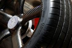 Michelin a confirmé jeudi ses objectifs 2017 dans un environnement de marché globalement dynamique, après une hausse de 10% de ses ventes trimestrielles, tirées par la croissance du marché automobile européen et un rebond de la demande liée à l'industrie minière. /Photo d'archives/REUTERS/Jacky Naegelen