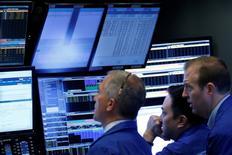 La Bourse de New York a fini en hausse de près de 1%, des résultats d'entreprise meilleurs que prévu, à l'image de ceux d'American Express, reléguant au deuxième plan les préoccupations géopolitiques, qu'il s'agisse de la Corée du Nord, de la Syrie ou de l'élection présidentielle française. L'indice Dow Jones a gagné 0,85%, soit 174,22 points. /Photo prise le 20 avril 2017/REUTERS/Brendan McDermid