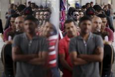Pessoas formam fila em agência de empregos em Brasília, no Brasil 08/03/2016 REUTERS/Ueslei Marcelino