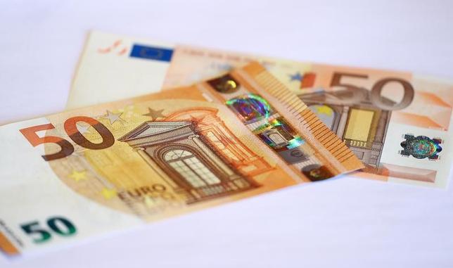 4月20日、終盤のニューヨーク外為市場では、ユーロが対ドルで上昇した。23日のフランス大統領選の第1回投票を前に、これまでユーロ売りに回っていた投資家の間に買い戻す動きが出た。写真は50ユーロ紙幣。フランクフルトのドイツ連銀で3月撮影(2017年 ロイター/Kai Pfaffenbach)