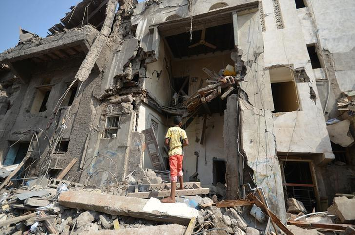 A boy looks at a damaged house at the site of a Saudi-led air strike in the Red Sea port city of Hodeidah, Yemen September 22, 2016. REUTERS/Abduljabbar Zeyad