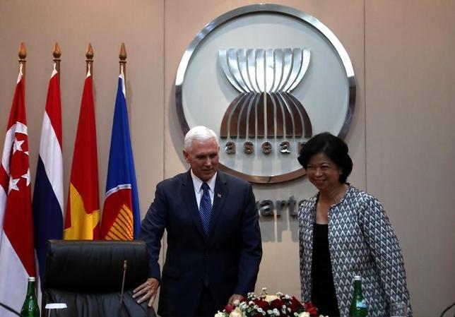 4月20日、ペンス米副大統領は、トランプ大統領が今年11月にアジアで開催される3つの首脳会議に出席する予定だと明らかにした。写真はジャカルタにある東南アジア諸国連合(ASEAN)本部で撮影(2017年 ロイター/Mast Irham)