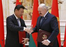 Belarussian President Alexander Lukashenko (R) shakes hands with his Chinese counterpart Xi Jinping during a signing ceremony in Minsk, May 10, 2015. Belarus and China signed a memorandum on Sunday committing Belarus to supply China with the fertiliser potash for the next five years. REUTERS/Vasily Fedosenko
