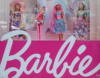 Куклы Барби в витрине магазина в Киеве. Mattel Inc отчиталась о гораздо большем, чем ожидалось, квартальном убытке и спаде продаж, виной чему стал низкий спрос со стороны ритейлеров на ключевые бренды компании Barbie и Fisher-Price, а также большие скидки на товары, оставшиеся после праздничных распродаж.  REUTERS/Gleb Garanich