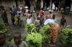 People sell bananas in an open market in a village near Bujumbura, June 1, 2015. REUTERS/Goran Tomasevic
