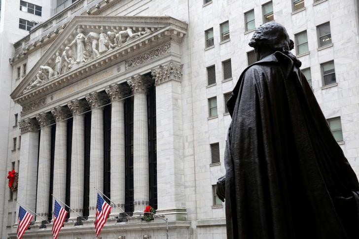 资料图片:2016年12月,纽约证交所外的华盛顿雕像。REUTERS/Andrew Kelly