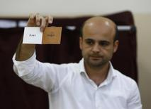 مسؤول يمسك ورقة تصويت في استفتاء تركيا يوم 16 ابريل نيسان 2017. تصوير: عثمان اورسال - رويترز