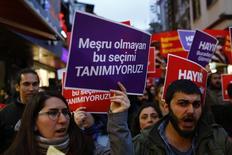 """متظاهرون ضد الحكومة التركية يرفعون لافتات مكتوبا عليها""""نحن لا نعترف بهذا الاستفتاء غير الشرعي"""" في احتجاج في اسطنبول يوم الخميس. تصوير: مراد سيزر - رويترز"""