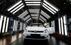 Un juge fédéral de Detroit a condamné vendredi Volkswagen à une mise à l'épreuve de trois ans dans le cadre du scandale des émissions polluantes des véhicules diesel du constructeur automobile allemand. /Photo prise le 30 mars 2017/REUTERS/Fabrizio Bensch