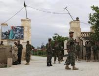 جنود من الجيش الأفغاني خارج مقر للجيش بشمال أفغانستان يوم الجمعة. تصوير: انيل اوسيان - رويترز.