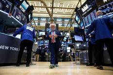 Wall Street a clôturé en baisse vendredi. L'indice Dow Jones a reculé de 30,95 points, soit 0,15%. /Photo prise le 19 avril 2017/REUTERS/Brendan McDermid