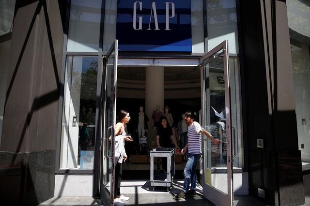 Workers open doors at a temporarily closed Gap clothing store during a major power outage in San Francisco, California, U.S., April 21, 2017. REUTERS/Stephen Lam