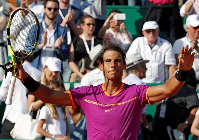 4月22日、男子テニスのマスターズ・モンテカルロ大会シングルス準決勝、第4シードのラファエル・ナダル(写真)は第10シードのダビド・ゴフィンを6─3、6─1で下して決勝に進んだ(2017年 ロイター/Eric Gaillard)