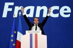 L'euro s'est apprécié et les investisseurs s'attendent à une hausse des actifs financiers français, dette comme actions, lundi au lendemain de la qualification pour le second tour de l'élection présidentielle française d'Emmanuel Macron et de Marine Le Pen. /Photo prise le 23 avril 2017/REUTERS/Benoît Tessier
