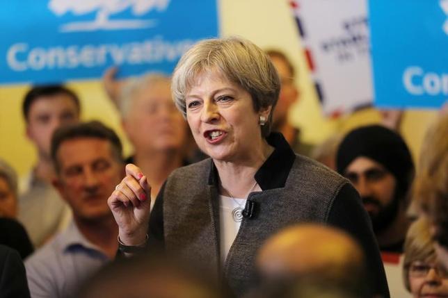 4月22日、メイ英首相は、6月8日の総選挙に向けた演説で、勝利した場合に個人向けの税金引き上げの可能性について明言を避けた。写真はイングランド・ウェスト・ミッドランズにあるダドリーでの労働党選挙キャンペーンを行うメイ英首相(2017年 ロイター/Chris Radburn)