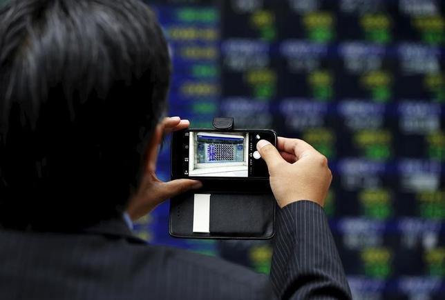 4月24日、前場の東京株式市場で、日経平均株価は前営業日比249円49銭高の1万8870円24銭となり大幅続伸。取引時間中では4月5日以来となる1万8900円台を一時回復した。写真は都内にある証券会社の株価ボードで2015年6月撮影(2017年 ロイター/Issei Kato)