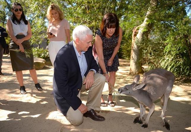 4月23日、米トランプ政権の幹部として初めてオーストラリアを訪問したペンス副大統領は、カレン夫人や2人の娘とともにシドニー近郊のタロンガ動物園を訪れ、ユーカリの木陰でくつろいた時間を過ごした。代表撮影(2017年 ロイター/Peter Parkes)