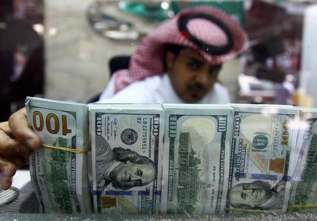 4月22日、サウジアラビア通貨庁(中央銀行)のホリフィ総裁は22日、同国の外貨準備は対国内総生産(GDP)比80%に達しており、良好な状態にあるとの見方を示した。さらに、今年は輸入の減少により、貿易赤字の縮小が見込めると明らかにした。写真はリヤドの両替屋で昨年9月撮影(2017年 ロイター/Faisal Al Nasser)
