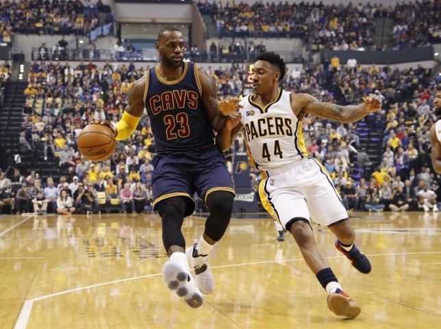 4月23日、米プロバスケットボール協会(NBA)プレーオフ1回戦(7回戦制)、東カンファレンス第2シードのキャバリアーズは同7のペーサーズに106─102で競り勝ち、4連勝で次のラウンドへ進んだ。写真左はキャバリアーズのレブロン・ジェームズ(2017年 ロイター/Brian Spurlock-USA TODAY Sports)