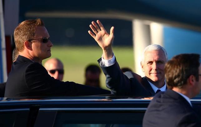 4月23日、ペンス米副大統領は、税制改革発表などに備えるため、アジア歴訪の日程を短縮して帰国する。側近の1人が明らかにした。写真はオーストラリア訪問を終え、シドニーでエアフォースワンに乗り込む前のペンス米副大統領(2017年 ロイター/David Gray)