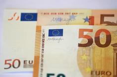 Банкноты номиналом 50 евро на презентации в ЕЦБ во Франккфурте-на-Майне 16 марта 2017 года. Евро остановил рост после достижения пятимесячных пиков к доллару после того, как кандидат-центрист выиграл первый тур президентских выборов во Франции, сократив риск прихода к власти кандидата от ультраправых во втором туре. REUTERS/Kai Pfaffenbach
