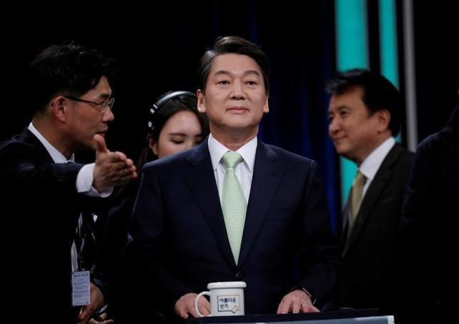 4月24日、韓国の朴槿恵前大統領の罷免に伴う大統領選で、中道系野党「国民の党」の公認候補となった安哲秀氏(写真中央)は、ロイターの取材に書面で応じ、自身が大統領に選出された場合、朝鮮半島の非核化に向けた6カ国協議の再開を目指す方針を明らかにした。写真は23日テレビ討論会で撮影(2017年 ロイター/Kim Hong-Ji)
